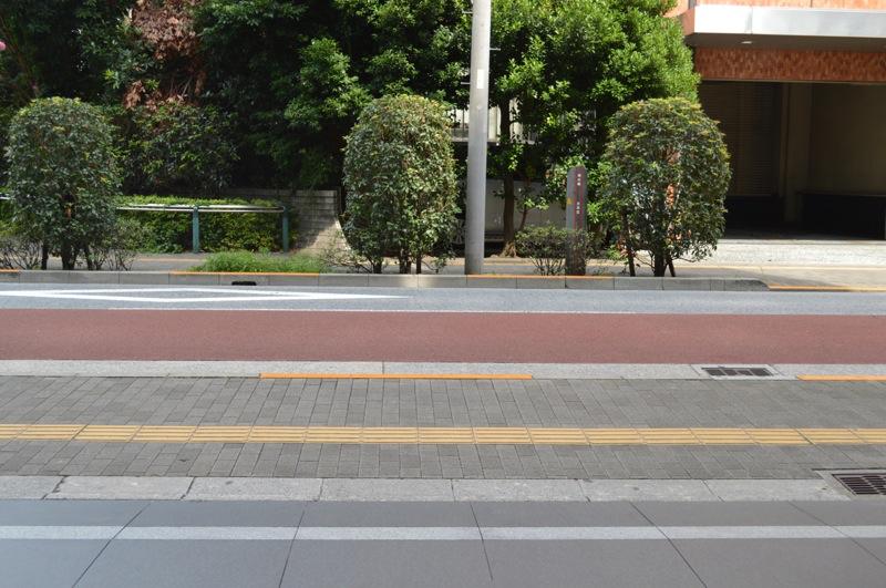 駐車場出口。目の前は警視庁飯田橋庁舎です。