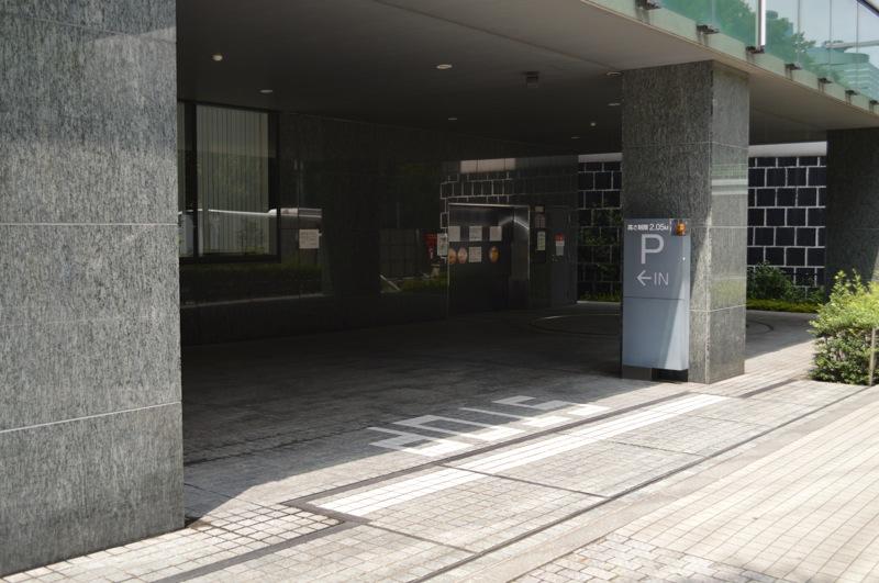 住友不動産西新宿ビル4号館駐車場入口