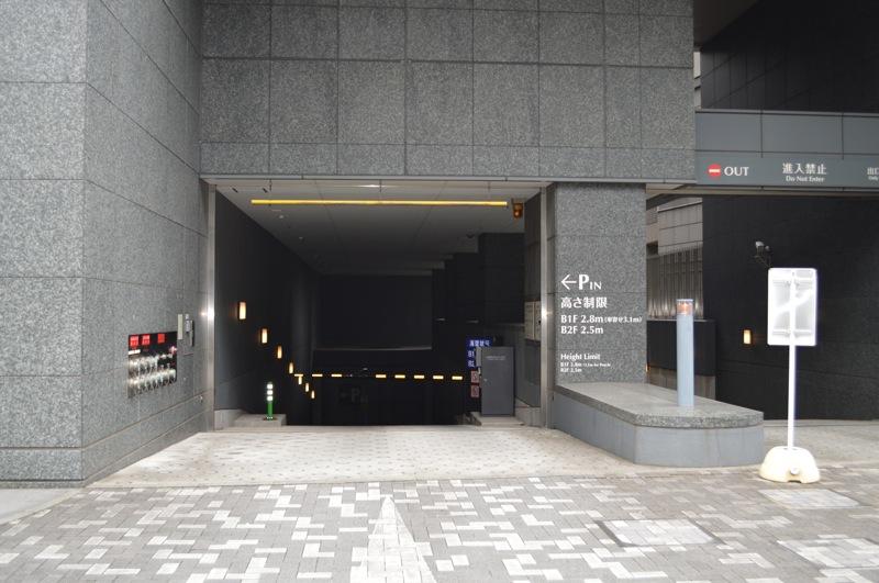 新宿文化クイントビル月極駐車場入口