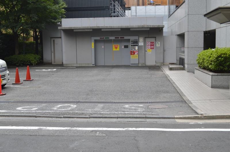 住友不動産青山ビル南館月極駐車場入口