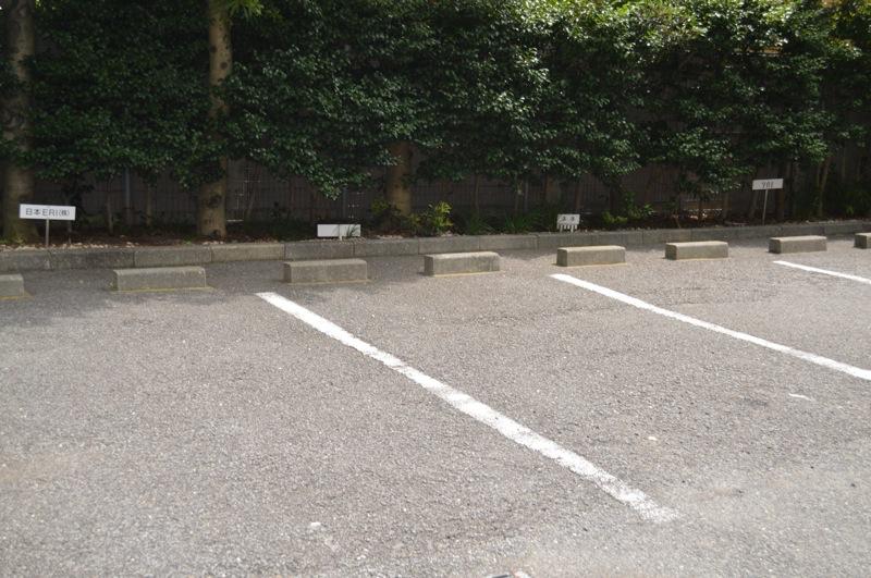 平面駐車場は屋外(屋根なし)です