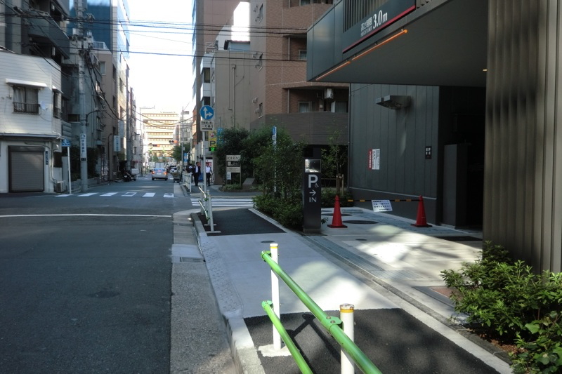 御成門駅前ビル駐車場入口