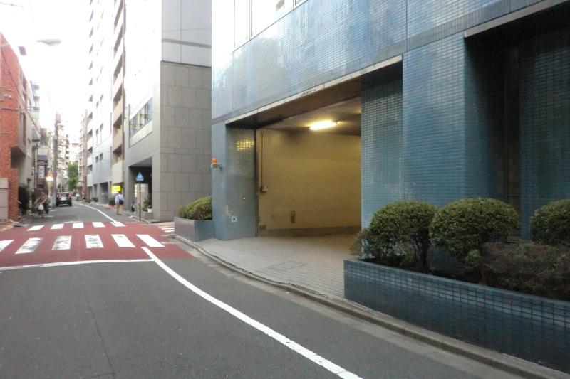 芝ビル2号館月極駐車場入口